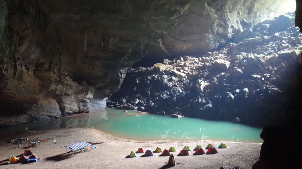 Vista do acampamento dentro da caverna Hang En, uma das maiores cavernas do mundo, no Parque Nacional de Phong Nha, no Vietnã. Hang En Adventure Cave Camp Expedition da Oxalis. Camp site inside Hang En cave, one of the world's largest caves, in Vietnam.