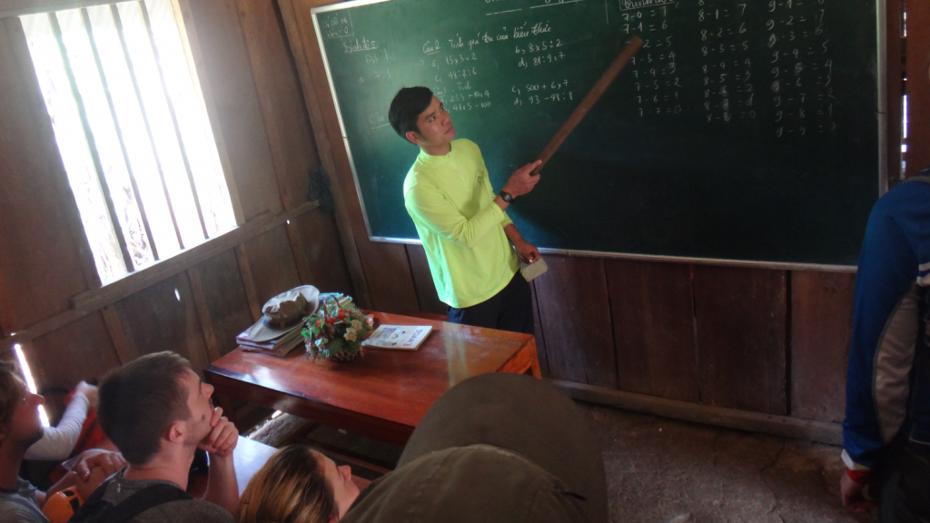 Aprendendo a falar vietnamita com os guias da Oxalis, na escola da vila dentro do parque nacional de Phong Nha, no Vietnã. Learning vietnamese with Oxalis excellent guides in a school of Phong Nha National Park, Vietnam.