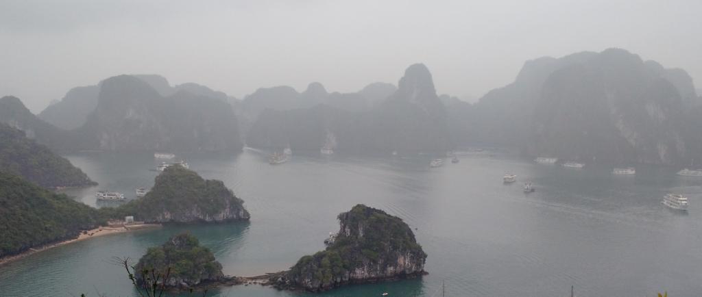 Ha Long Bay vista de cima. A neblina da região não permite ver longe, mas a interminável cadeia de montanhas de Halong Bay é maravilhosa. Próxima a Ha Nói, na região norte do Vietnã.