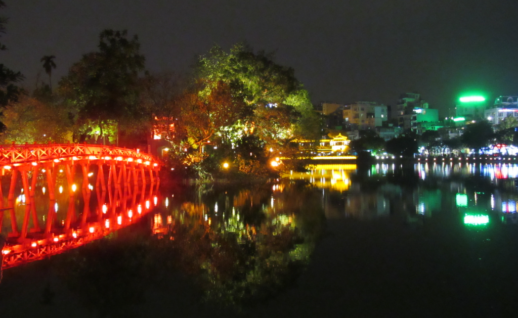 Vista do lago à noite, centro histórico de Ha Nói, capital do Vietnã. Hanoi at night, Vietnam.