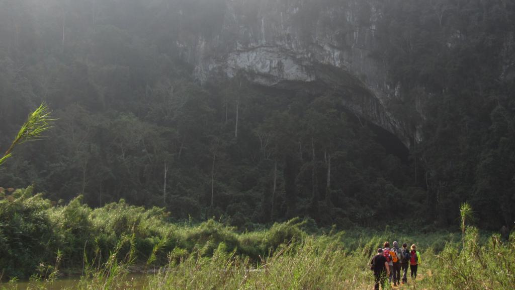 Chegada à caverna Hang En com o grupo da Oxalis. Em frente à terceira maior caverna do mundo, segunda do Vietnã. Em meio à exuberante floresta do Phong Nha Ke Bang National Park, Vietnam. Maiores cavernas do mundo.