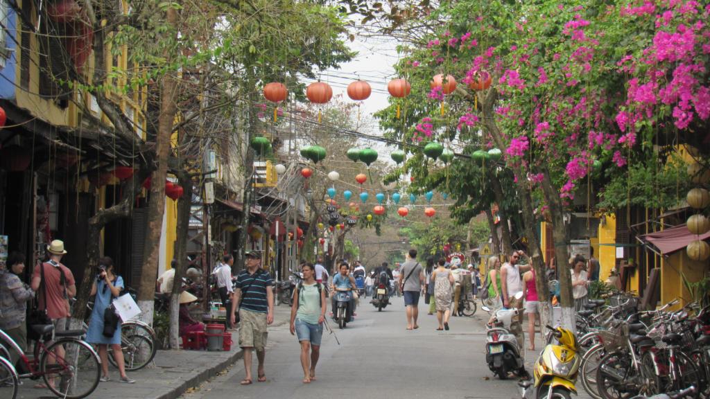 Turistas passeando na Cidade Velha de Hoi An, Vietnã. Tourists in Old Town of Hoi An, Vietnam.