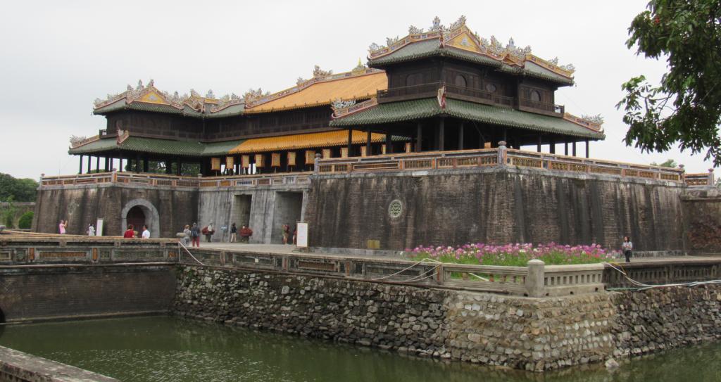Palácio imperial da Antiga Citadela Imperial de Hue, antiga capital do Vietnã. Principal passeio para fazer em Hue. Imperial Palace of Hue, former capital of Vietnam.