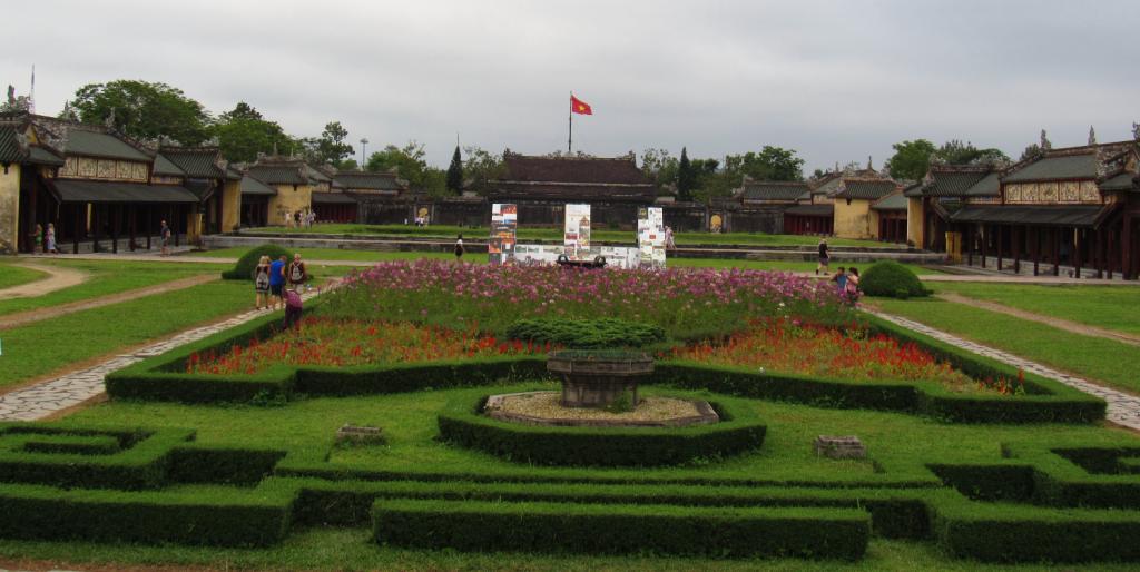 Jardim na Citadela Imperial de Hue. Garden in Hue's Imperial Citadel. Lugar cheio de história do Vietnã.