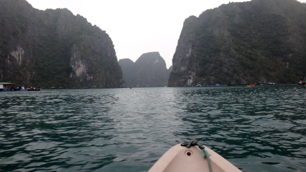 Andando de caiaque em meio às montanhas de Halong Bay, Norte do Vietnã. Kayaking in Ha Long Bay, North of Vietnam.