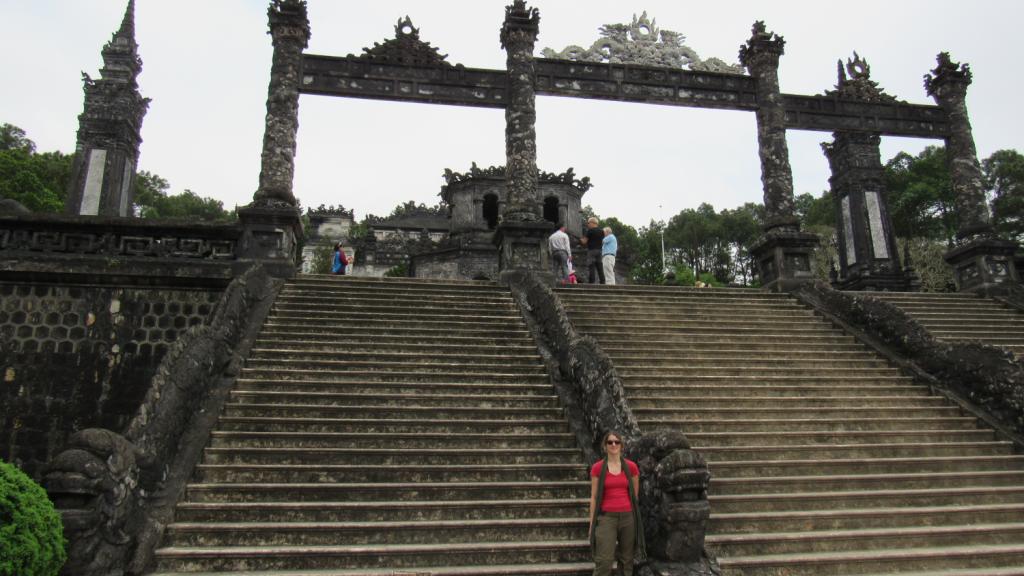Escadaria no complexo arqueológico Tomb of Khai Dinh, em Hue, Centro do Vietnã. Lugares para conhecer em Hue, Vietnam.