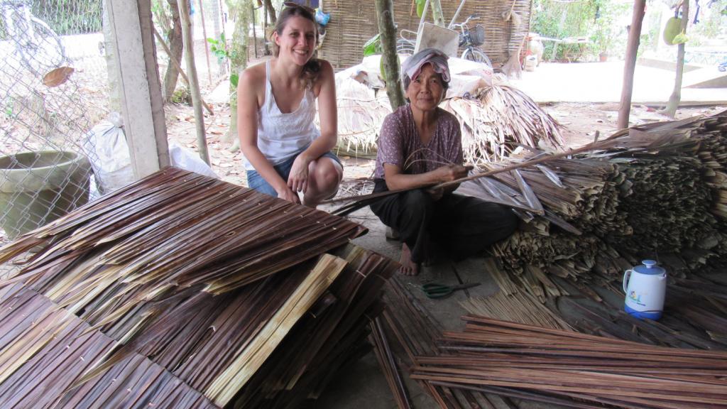 Senhora que fazia telhados à mão com folhas de coqueiro, em aldeia no Delta do Mekong, próximo a Saigon (Ho Chi Minh), Vietnã.