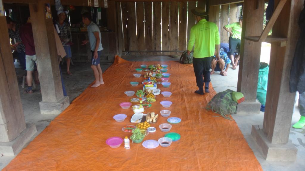 Pausa para almoço no vilarejo de Phong Nha National Park. A equipe da Oxalis, junto com o pessoal da comunidade preparou um lanche nota 10 para os trilheiros. A caminho da Hang En em expedição de 2 dias.
