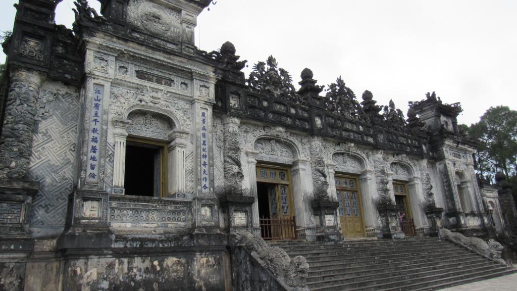 Main building in Tomb of Khai Dinh, Hue, ancient capital of Vietnam. O que fazer em Hue, antiga capital do Vietnã.