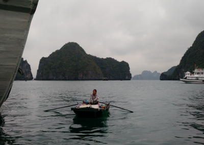 vendedora-ha-long-bay-vietna