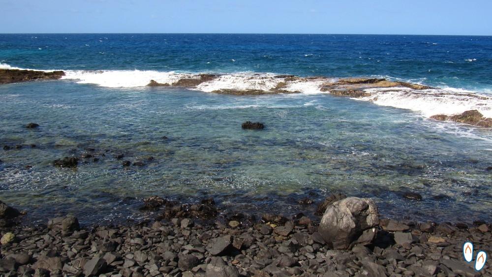 Piscina natural que se forma na maré baixa próxima a Praia do Atalaia, Fernando de Noronha